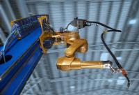 Der 100. CLOOS-Schweißroboter für Agrostroj wurde speziell in einem goldenen Farbton angefertigt