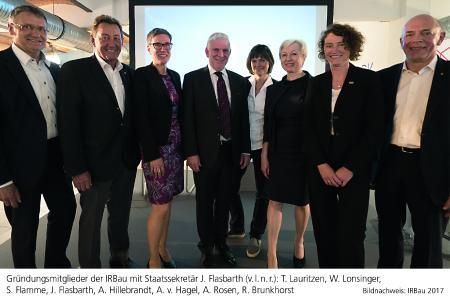 Gründungsmitglieder der IRBau mit Staatssekretär J. Flasbarth (v.l.n.r.): T. Lauritzen, W. Lonsinger, S. Flamme, J. Flasbarth, A. Hillebrandt, A. v. Hagel, A. Rosen, R. Brunkhorst / Bildnachweis: IRBau