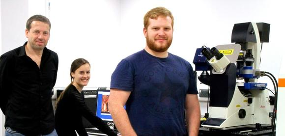 Dr. Peter Dunstan (links) und zwei Doktoranden aus seiner Forschungsgruppe, Katie Welsby und Adam Williams