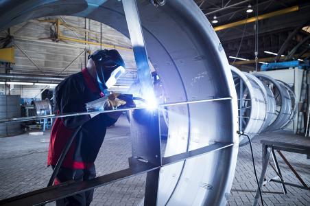 Beim Schweißen von niedriglegiertem Stahl mit dem innovativen Schweißprozess forceArc schlägt sich ein großer Teil des Schweißstaubs auf der Werkstückoberfläche nieder. Die Schweißrauchemission ist im Vergleich zum Sprühlichtbogen um bis zu 40 % reduziert.