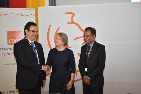 Den Vertrag unterzeichneten die Präsidentin der Universität der Bundeswehr München Prof. Merith Niehuss sowie Dr. Alessandro Curioni (Foto li.), IBM Fellow, Vice President Europe and Director IBM Research Zürich, und Sreeram Visvanathan, IBM Global Managing Director, Government