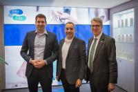Dr. Andreas Siemes, Geschäftsführender Gesellschafter BMS Consulting GmbH, Carlos Gómez-Sáez, CEO VR Payment und Thomas Ullrich, Vorstand DZ Bank am Stand von VR Payment auf der EuroShop 2020