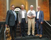 Preisträger Dipl.-Phys. Ralf Pferdmenges mit Dr.-Ing. Jürgen Haase und Prof. Dr. Wolfgang Nebel, Vorstandsmitglieder im edacentrum sowie Laudator Prof. Dr. Erich Barke.