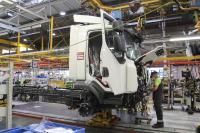Insgesamt sind 50 Arbeitsstunden für die Herstellung eines Elektro-Lkws notwendig