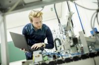 Wirtschaftsingenieure agieren an der Schnittstelle von Technik und Wirtschaft. Quelle: AdobeStock
