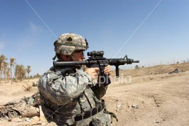 Insbesondere in der Wüste ist ein ausreichender UVSchutz von grundlegender Bedeutung, um den Soldaten vor den negativen Auswirkungen der Sonne zu schützen – Textilien weisen einen unverwechselbar besseren Sonnenschutz als kosmetischer Sonnenschutz auf