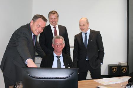 (v.l.n.r.) Für Moll-Serviceberater Uwe Nowak (Mitte sitzend) hat sich dank VMF Service Plus® einiges verbessert. Stephan Buße, Frank Faber (beide Moll Gruppe) und Dieter Jacobs (LeasePlan) zeigen die Veränderungen auf