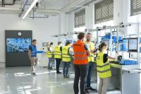 In der Lernfabrik für vernetzte Produktion am Fraunhofer IGCV haben Teilnehmende die Möglichkeit, z. B. Auto-ID-Technologien wie RFID oder digitale Assistenzsysteme für die Montage zu erleben / Bild: Fraunhofer IGCV / Bernd Müller