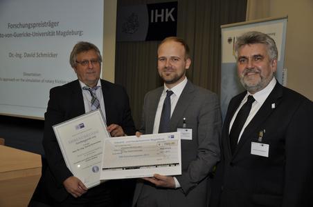 IHK-Präsident Klaus Olbricht (l.) und Prof. Dr. Armin Willingmann (Rektor der Hochschule Harz, r.) freuen sich jeweils mit den Preisträgern Dr. David Schmicker / Foto: IHK Magdeburg
