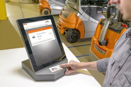 Mit STILL OptiTruck wird jedem Fahrer, nach Anmeldung mit seinem Fahrerausweis, ein Fahrzeug zugewiesen (Fotos: STILL GmbH)