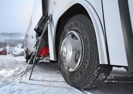 Echte Winterreifen für Reisebusse und alle Lkw-Achsen für den sicheren Personen- und Güterverkehr: HSW 2 Coach für Reisebusse