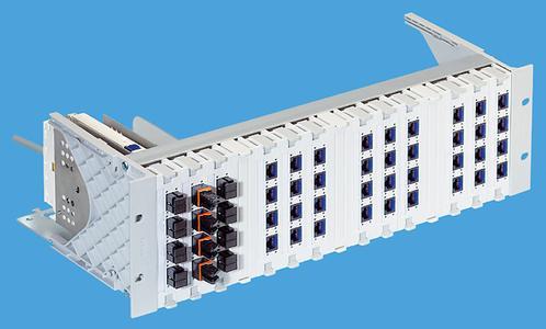 Das Global Rangier Panel aus dem Verkabelungssystem R&Mfreenet mit bis zu 60 Steckplätzen auf 3 Höheneinheiten. Es ist übersichtlich, bedienungsfreundlich und daher ein Beitrag zur Netzwerksicherheit.