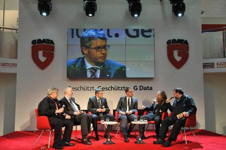 Die G Data Arena-Talkrunde: v. l. Wolfgang Back, Dr. Alexander Dix, Dr. Bernhard Rohleder, Nico Reiners, Ossi Urchs und Wolfgang Rudolph