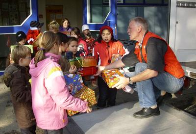 Kinder der Adalbert Stifter Schule in Marktoberdorf geben ihre Geschenke ab
