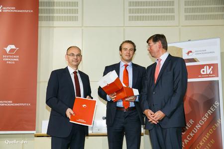 Adrian Tippenhauer nimmt für die RAKO- Gruppe den Verpackungspreis 2012 entgegen.
