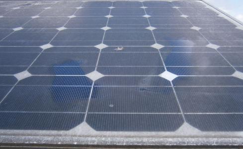 Beispielbild einer sehr verschmutzten Photovoltaikanlage
