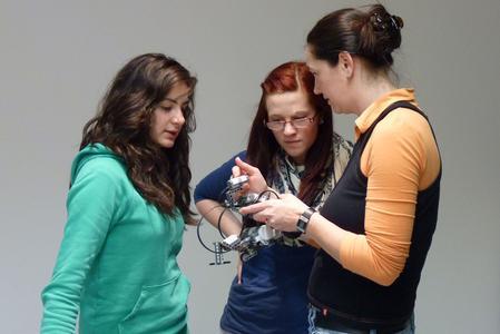 Praktische Einsichten: Bei der CampusThüringenTour lernen die Teilnehmerinnen zukunftsweisende naturwissenschaftlich-technische Studienrichtungen kennen (© TU Ilmenau)