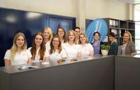 Das Bild zeigt (von rechts) Johanna Neubrandt (Leiterin des Career Centers), Eveline Rettenmeier (Projektkoordinatorin des Mentoring-Programms KarMen+) und Miriam Bischoff (Leiterin der Zentralen Studienberatung) mit den studentischen Hilfskräften des InfoPoints für Studierende