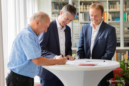 Von links nach rechts: Prof. Dr. Matthias Klingner (Fraunhofer IVI), Stefan A. Lang (STW), Dr. Sebastian Wagner (Fraunhofer IVI) ©FraunhoferIVI