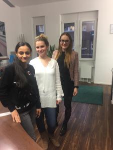 Ria (links) mit unserer Teamassistentin Jennifer Frank und unserer Auszubildenden Inna Wulf am Hamburger SALT AND PEPPER Standort