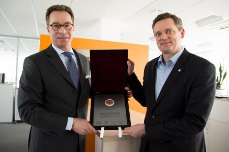 Stolz präsentiert Weidmüller Vorstandssprecher Jörg Timmermann (re.) im Beisein von Stefan Heidbreder (li.), Geschäftsführer der Stiftung Familienunternehmen, die bedeutende Auszeichnung