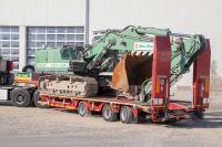 Ein »ALLROUNDER« für die gesamte Baustellenlogistik: Dank der umfangreichen Verzurrmöglichkeiten ist das Kettenfahrzeug fest auf der Ladefläche arretiert / Foto: Goldhofer