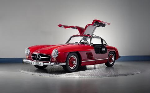 Die Drehplatte 506 präsentiert einen Mercedes SL300.