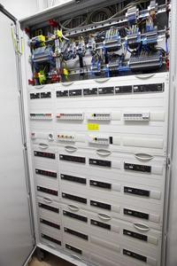 Das Gehirn der intelligenten Haustechnik ist im Keller untergebracht. Die Module für die Haussteuerung sowie Audio- und Video-Server für die Speicherung aller Musikstücke und Filme