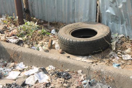 Verschmutzung in innerstädtischen Wasserläufen und durchgängige Straßenverschmutzung