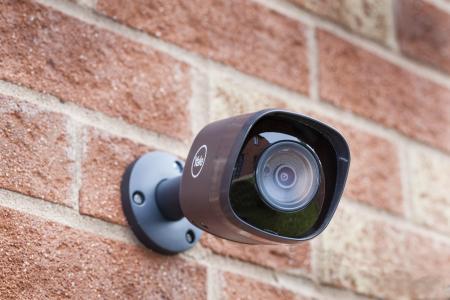 New CCTV wired: Alles im Blick: Die robusten, wetterfesten Außenkameras sind Teil der neuen CCTV-Sets. Sie sind via App ansteuerbar, so dass auch von unterwegs geprüft werden kann, ob zuhause alles in Ordnung ist / Foto: ASSA ABLOY Sicherheitstechnik GmbH