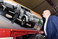 Jubilar Erich Greiwing vor einem Bild seines Vaters und Unternehmengründers Alfons Greiwing. (Foto: GREIWING logistics for you GmbH)