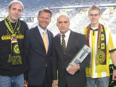 Die Pokalübergabe im Dortmunder Stadion.