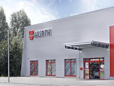Losberger Stahlhalle: ansprechend gestalteter Eingangs- bereich mit Schaufenstern, Automatik-Schiebetür und Vordach