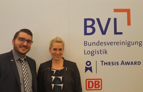 Florian Lichtenberger mit Annika Karger (Studiengangskoordinatorin des Logistik-Fernstudiums) (Foto: Hochschule Ludwigshafen)