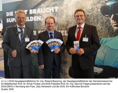 Prof. Flegel, Dr. Boecking und Prof. Forster präsentieren den Flyer von DVS und ZDH