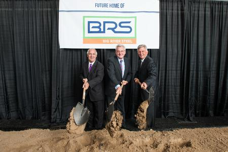 John Correnti, Chairman and CEO Big River Steel, Dr. Heinrich Weiss, Chairman of the Advisory Board of the SMS group,and Mike Beebe (Gouverneur von Arkansas) and break the ground for the new steel mill in Arkansas