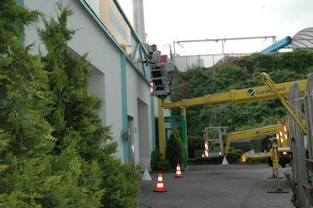 Die Gebäudereiniger-Lehrlinge reinigen im Rahmen der überbetrieblichen Ausbildung die Gardemann Arbeitsbühnen Mietstation in Essen.
