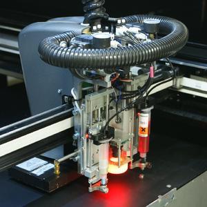 Drei Maschinen in einer, eine Fertigungszelle für Folientastaturen von Essemtec.