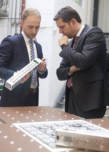 Auch für Industrie 4.0 interessiert sich Minister Olaf Lies. Dr. Björn Eilert (links) erklärt ihm eine Fördermatrix, die am IPH mitentwickelt wurde. (Foto: Johannes Stein / IPH)