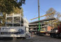 Bildunterschrift: Montage der vorgefertigten Preflex®-Platten auf der Baustelle. So entstehen zusätzliche Parkflächen innerhalb kürzester Zeit. (Foto: C + P)