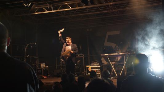 Bildunterschrift: Moderator Erasmus Stein verkündet den Guinness-Weltrekord für das hellste LED-Flutlicht von silence lights. Bildquelle: silence lights. (Fotograf: nkproduction)