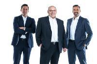 Die Geschäftsführenden Gesellschafter der RAMPF-Gruppe Matthias Rampf (links) und Michael Rampf (rechts) mit Horst Bader, Geschäftsführer der RAMPF-Holdinggesellschaft