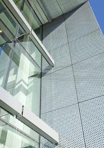 Das langlebigste Verzinkungsverfahren ist das Stückverzinken. Deshalb darf nur stückverzinkter Stahl ohne weitere Korrosionsschutzmaßnahmen im Fassadenbereich gemäß DIN 18516-1 eingesetzt werden
