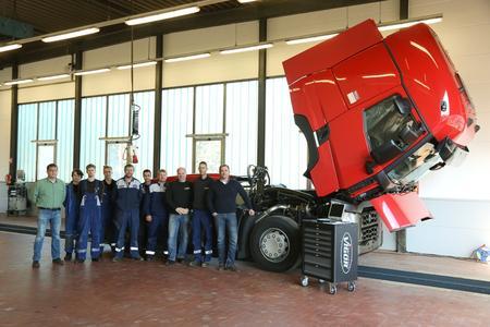 Bild 1: Das Team um Geschäftsführer Carsten Uhl (r.) und Betriebsleiter Dennis Engelmann (2.v.r.) freut sich auf seine Kunden aus der Region rund um Pinneberg.