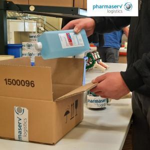 Verpacken von schülke Desinfektionsmitteln durch Pharmaserv Logistics.