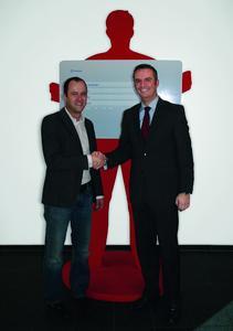 Paul Ahmann (links im Bild), Betriebsleiter Logistik von TrinkGut sowie Andreas Möllenbeck, Director Business Unit Sales von TimoCom (rechts im Bild)