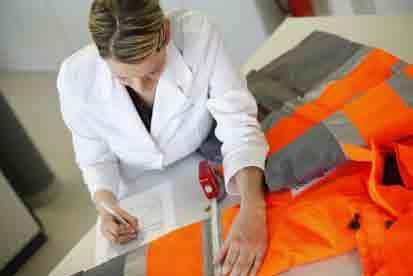 Nur wer die Normen für Konstruktion und Schnittführung kennt, kann die richtige Berufskleidung erkennen, ©Hohenstein Institute