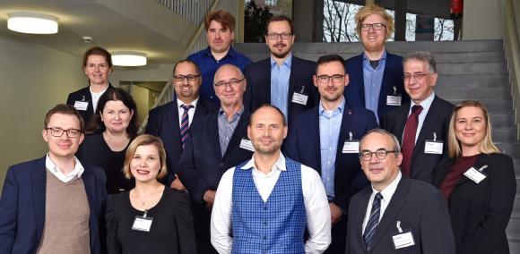Die Vertreterinnen und Vertreter der beteiligten Projektpartner. Alrik Zech von Ecovis ist der zweite von rechts in der mittleren Reihe (Foto: Christian Stelling/FOM)