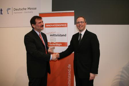 Huber Verlag GF Kölmel (r.) gratuliert Marketingleiter Dorn zum Sieg