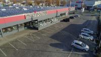 Die 8 Ladepunkte für Elektro-Fahrzeuge werden direkt aus der Photovoltaikanlage mit über 1700 Modulen vom Nachbardach gespeist